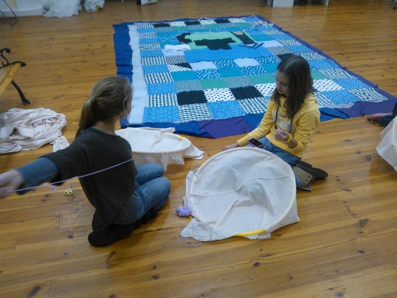 Необхідні для постановки речі (костюми, бутафорію) створюють самі учні під час театрального гуртка.