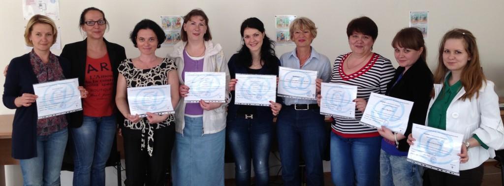 Вчителі школи та дитячого садку з дипломами про проходження курсів Інформаційних технологій