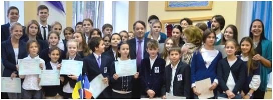 Учні МФШ з дипломами DELF різних ступенів, які вони щойно отримали від посла Франції