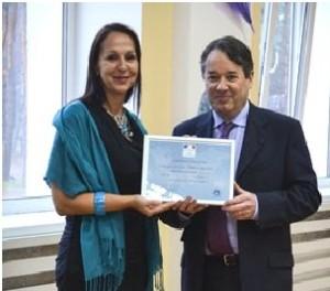 Мадам Анрі з послом республіки Франція Аленом Ремі під час вручення диплому про входження МФШ до мережі Labelfranceducation